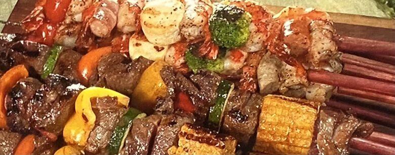 肉とだっこエビのカラフル串焼き ウワサのお客さま